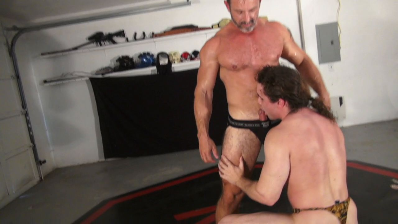 Hothouse muscle daddy dominates at the garage 4